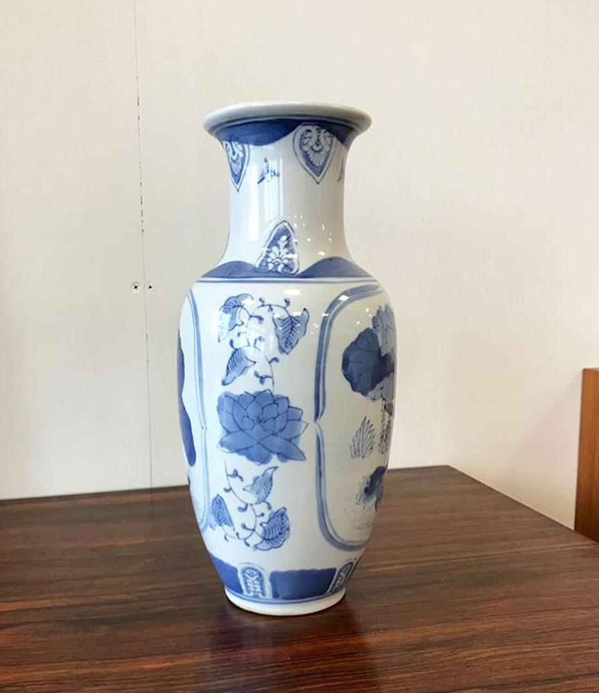 dekohjem boligtilbehoer flot kinesisk inspireret vase i hvid og blaa farver