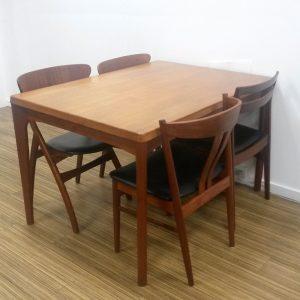 dekohjem retromoebler smukt spisebord i teak med hollandsk udtraek designet af enning kjaernulf