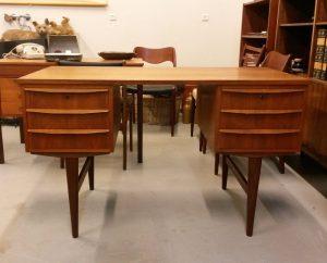 dekomoebler fin lille skrivebord i teak med skuffer i hver side hak et par af skufferne