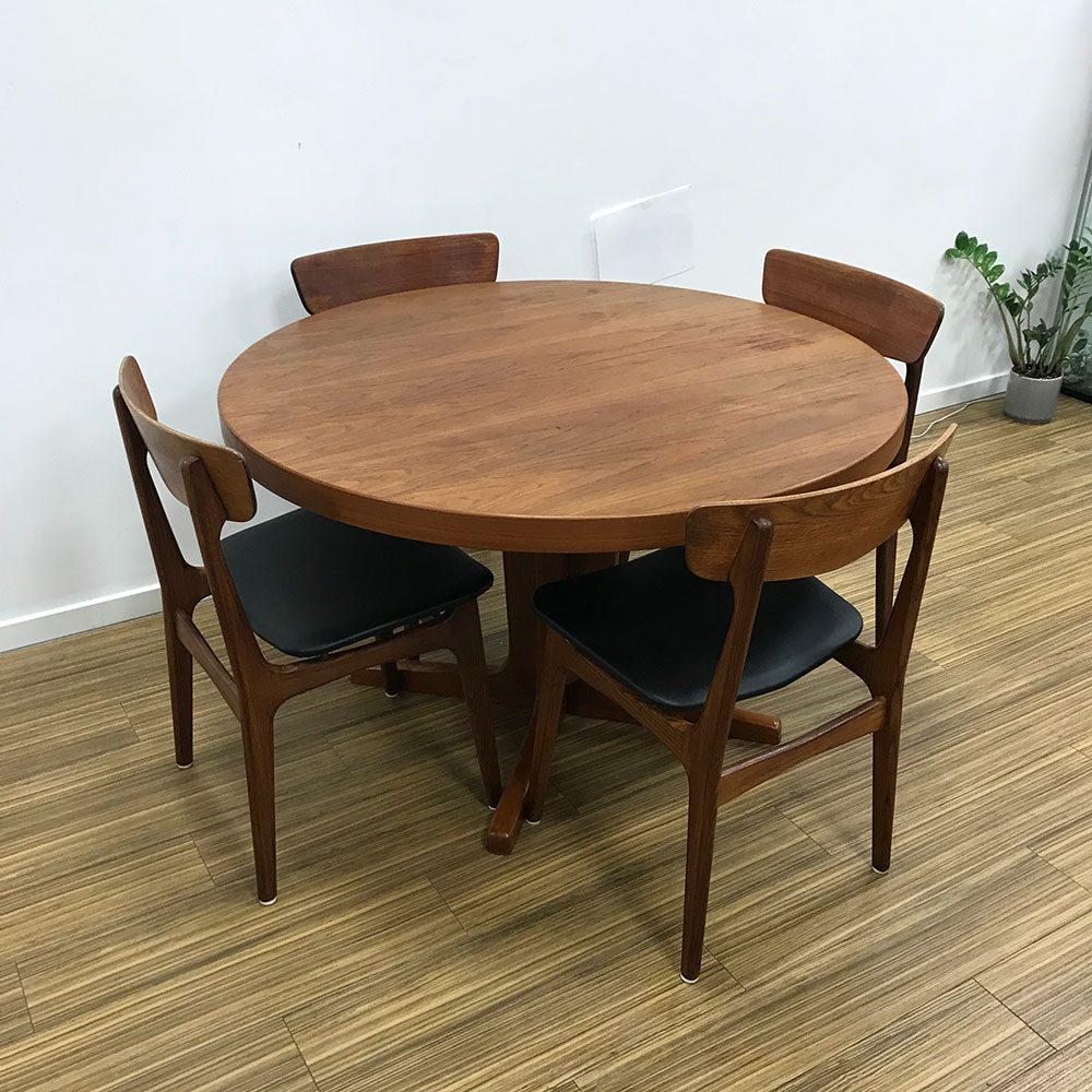 dekomoebler rundt spisebord teak tillaegsplader der er maerke paa bordet dansk moebelproducent fra