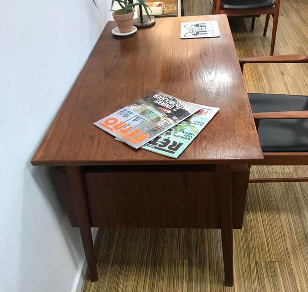 dekohjem flot fritstaaende skrivebord teak med svaevende bordplade skuffer og hylder samt skab paa bagsiden