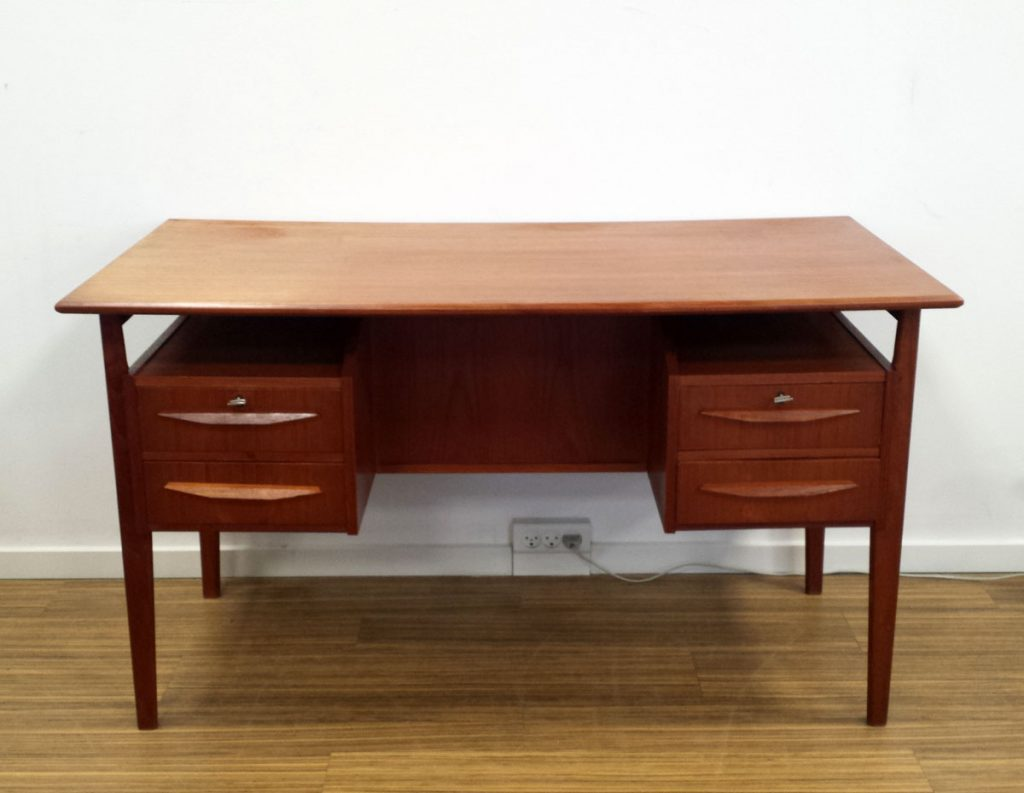 fint fritstaaende skrivebord