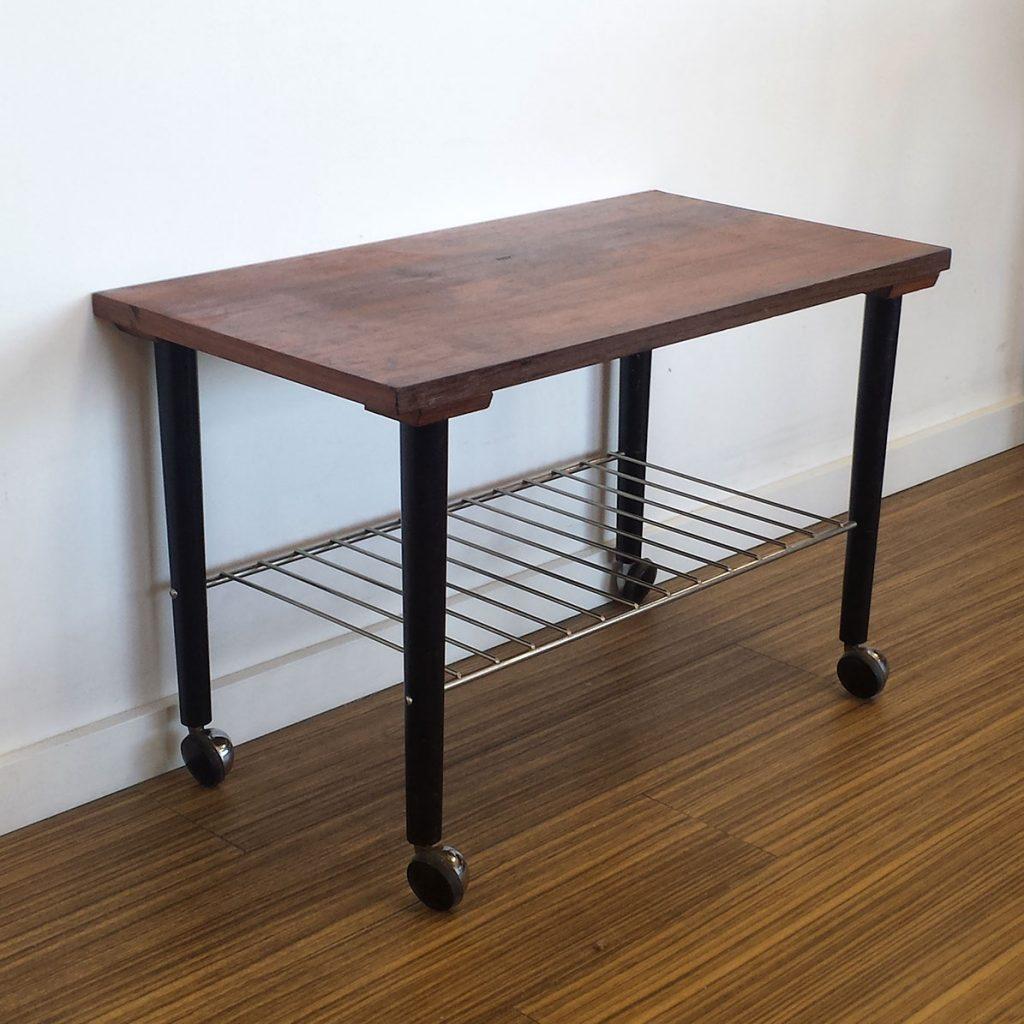 fint lille sidebord palisander med sorte ben