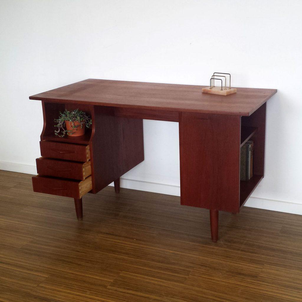 skrivebord fritstaaende teak med skuffer