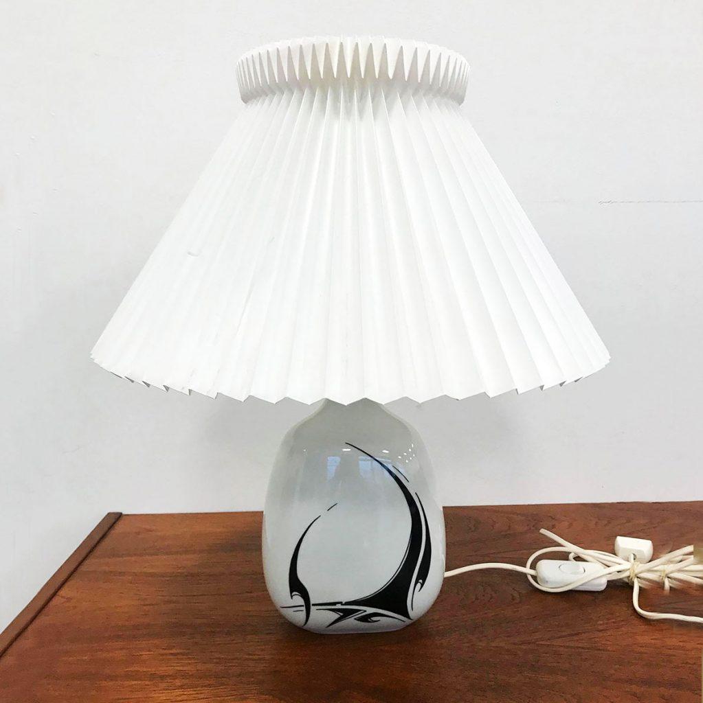 bordlampe porcelaen samt le klint skaerm i hvid