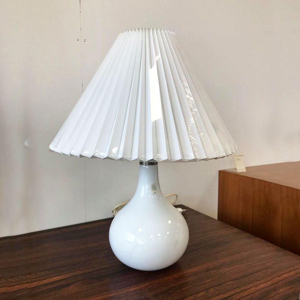 dekohjem boligtilbehoer fin bordlampe helios fra holmegaard hvid glas